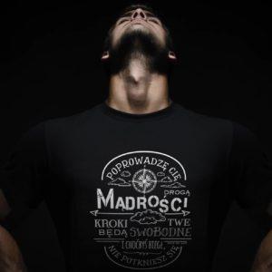 mężczyzna w koszulce chrześcijańskiej